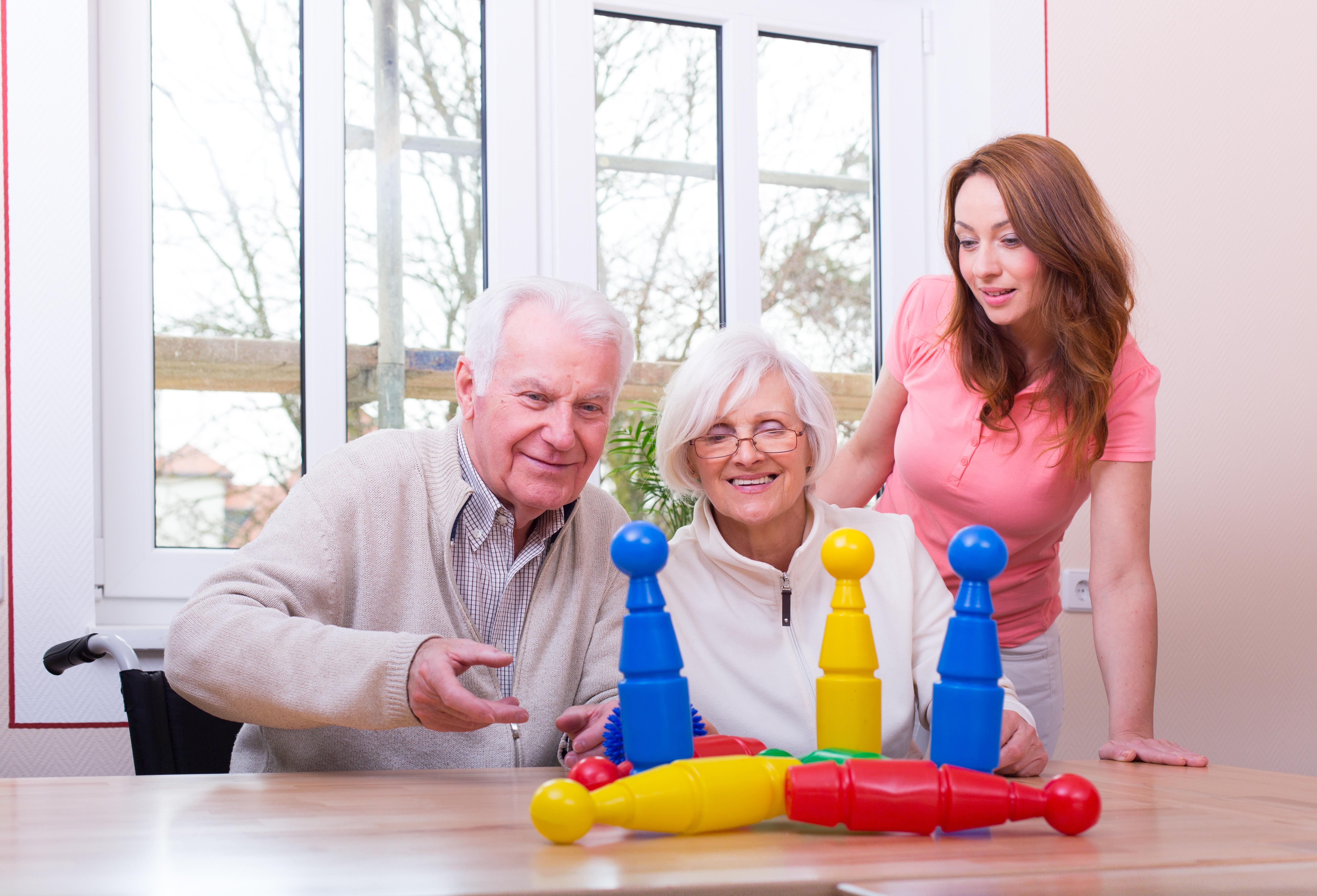 glückliches seniorenpaar spielt kegeln